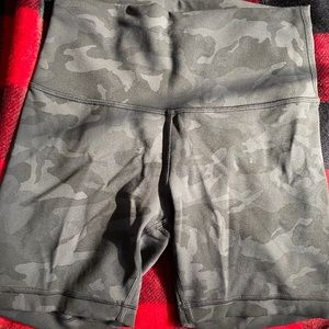 Wunder Under train Camo shorts size 6